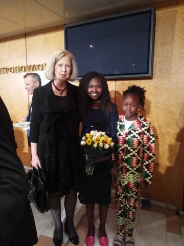Η Πρόξενος ε.τ., κα Β. Πανταζοπούλου, με τη βραβευμένη Κενυάτισσα Μαραθωνοδρόμο, κα Ruth Chepngetich, και τη θυγατέρα της, στην τελετή βράβευσης.